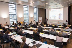 Tom Krause, Produktmanager Tribo-Filament bei igus im Vortrag auf den Fachpressetagen.
